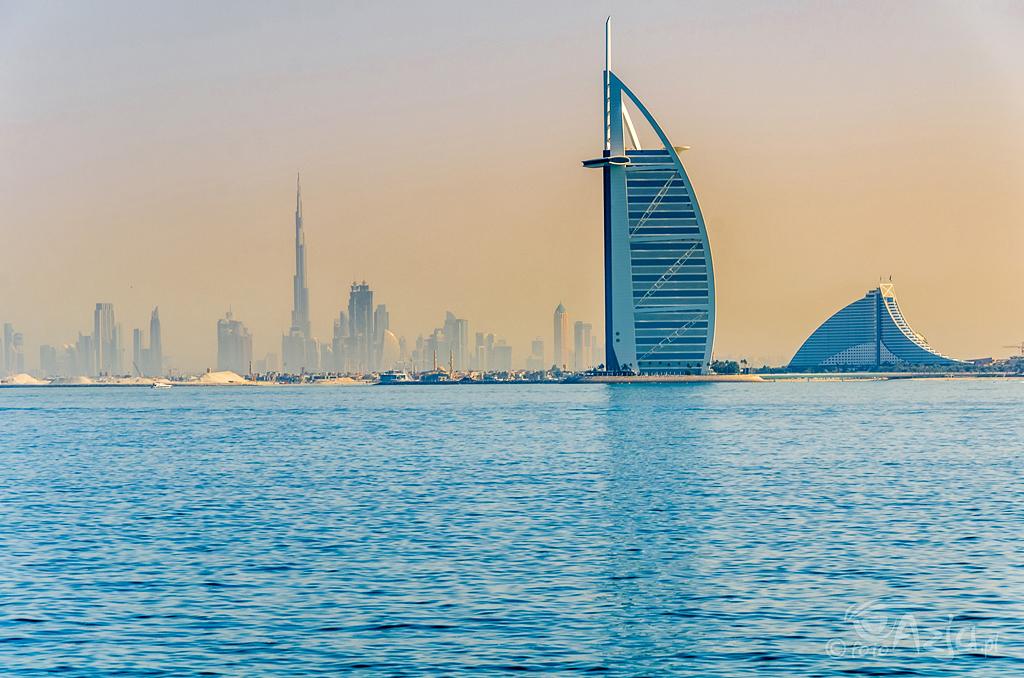 Hotel Burj Al Arab oraz Dubai Downtown widziane z Palmy Jumeirah