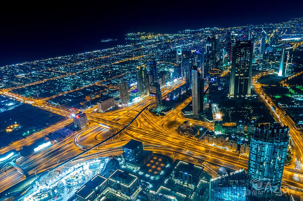 Dubaj nocą wdziany z tarasu widokowego w Burj Khailfa